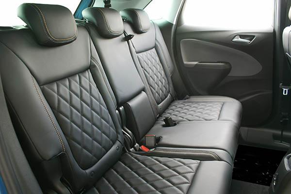 Opel Crossland X, Alba eco-nappa Zwart met diamond patroon, logo en afwijkend kleur stiksel achterbank