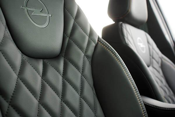 Opel Crossland X, Alba eco-nappa Zwart met diamond patroon, logo en afwijkend kleur stiksel voorstoelen detail logo
