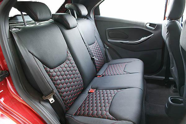 Ford Ka+, Alba eco-leather Zwart met Rood Stiksel en Honingraat Patroon Achterbank
