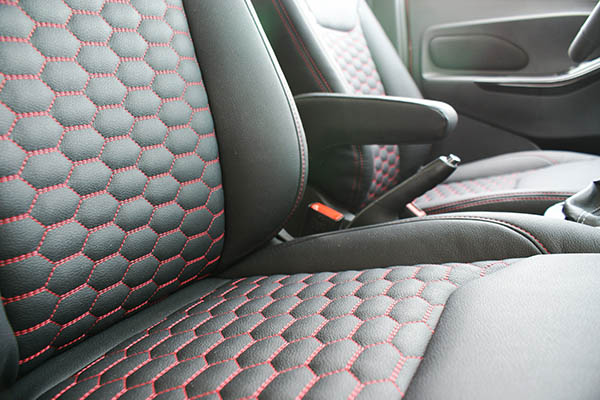 Ford Ka+, Alba eco-leather Zwart met Rood Stiksel en Honingraat Patroon Detail Voorstoelen