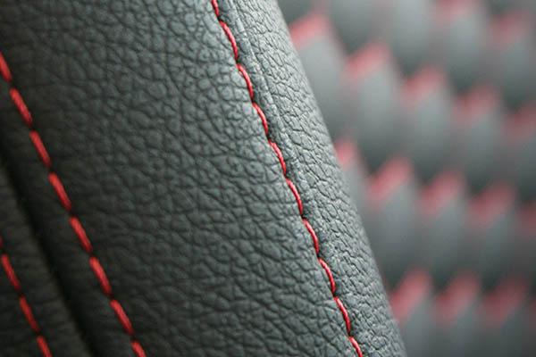 Ford Ka+, Alba eco-leather Zwart met Rood Stiksel en Honingraat Patroon Detail