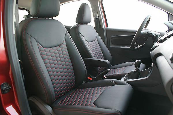 Ford Ka+, Alba eco-leather Zwart met Rood Stiksel en Honingraat Patroon Voorstoelen