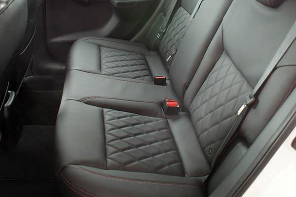 Nissan Micra, Alba eco-leather Zwart met Rood Stiksel en Diamond Stikselpatroon Achterbank