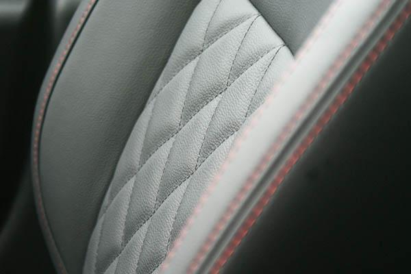 Nissan Micra, Alba eco-leather Zwart met Rood Stiksel en Diamond Stikselpatroon Voorstoel Detail