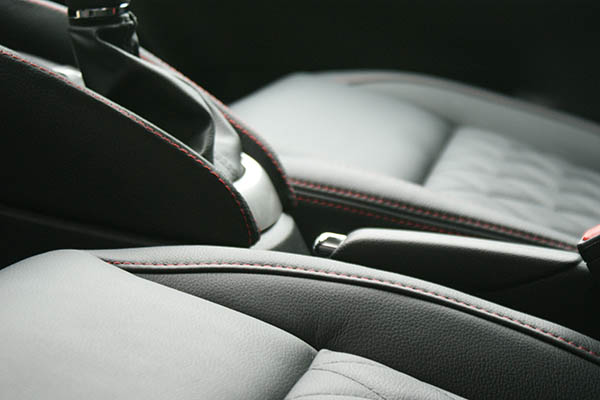Nissan Micra, Alba eco-leather Zwart met Rood Stiksel en Diamond Stikselpatroon Detail