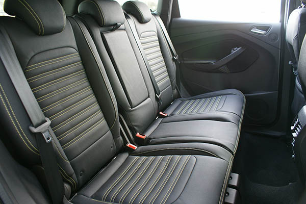 Ford Kuga Alba eco-leather Zwart Geel stiksel achterbank detail