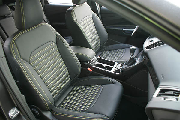 Ford Kuga Alba eco-leather Zwart Geel stiksel voorstoelen detail