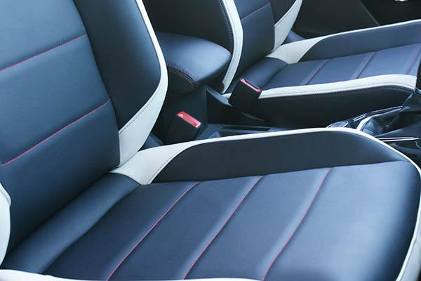 VW T-Roc Alba Buffalino Leder Zwart met Wit Voorstoelen Detail
